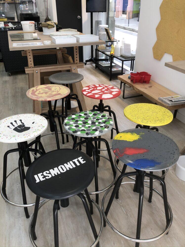 taburetes de jesmonite en la tienda jesmonite de barcelona